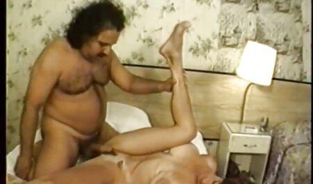 کارینا می شود دختران داغ سکسی بر روی زانو از هر دو مردان